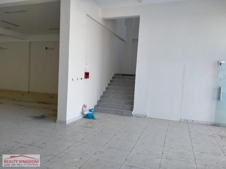 مبنى تجاري للبيع أو للإيجار في موقع متكدس بالمنازل الس�